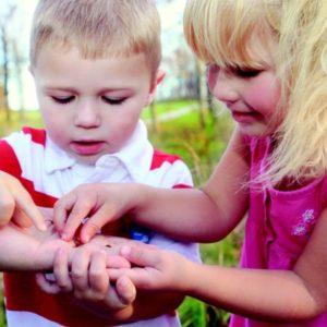 Niños aprendiendo de forma natural